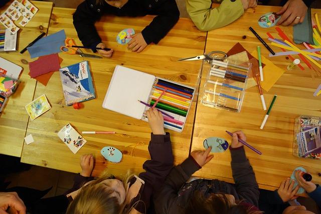 enfant dans l'apprentissage de l'écriture en grande section de maternelle