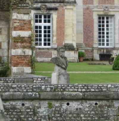 Maupassant, château de Miromesnil : devinez qui vous accueille à l'entrée ?