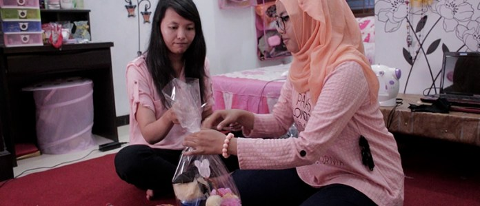 Onne Hana dan Putri Rizky - Dua Sahabat Pembuat Boneka Wisuda - kisah sukses penjual online di Tokopedia