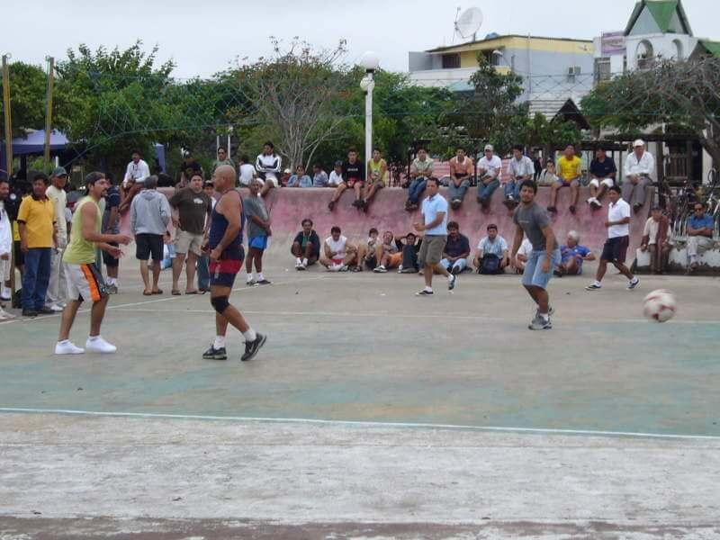 Partido de ecuavóley en Puerto Ayora.