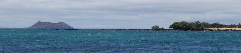 Roca, mar y playa en el norte de la isla Santa Curz.