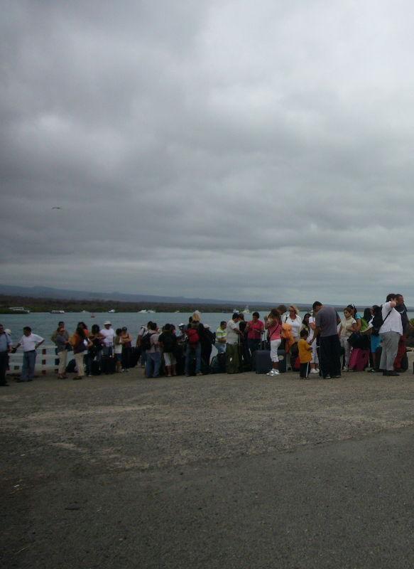 Turistas esperando para poder cruzar el canal de Itabaca.