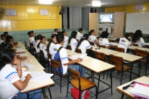 Alunos assistem a aulas a distância para o ensino médio no Amazonas