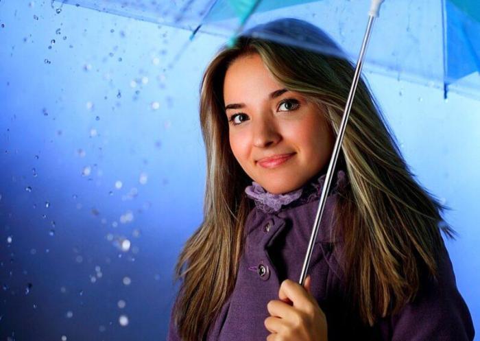 Под дождем.