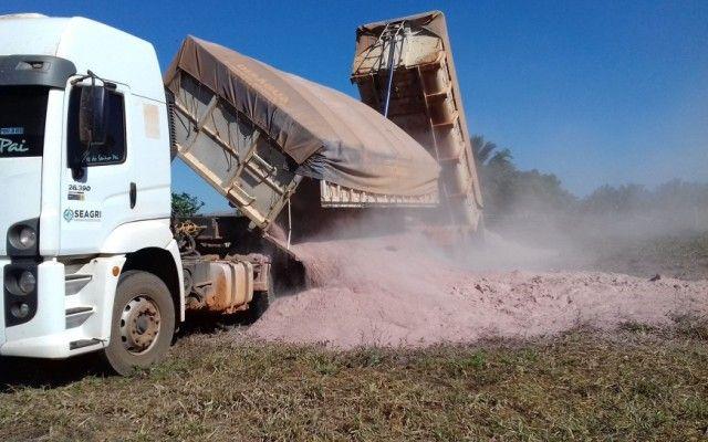 Oito municípios produtores de leite receberão calcário para correção de solos
