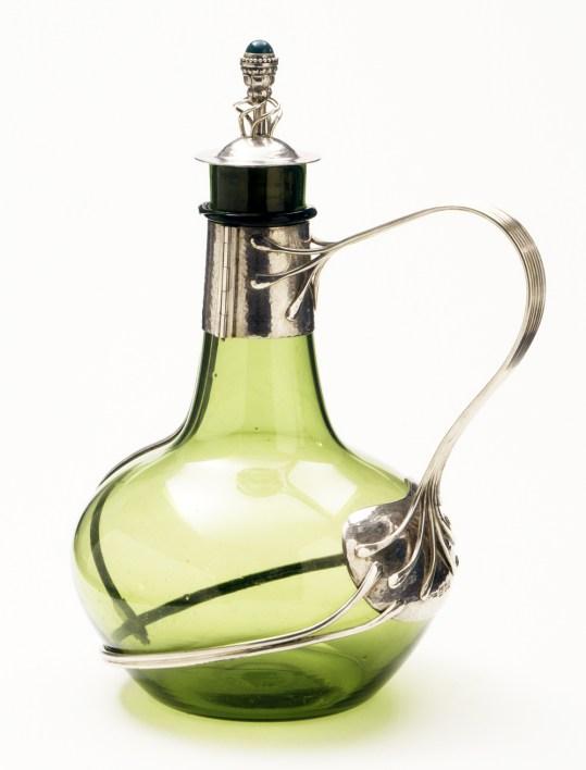 Decantador diseñado por Charles Robert Ashbee, vidrio con monturas de plata, 1904-1905.