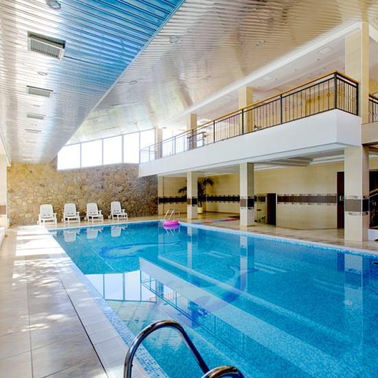 крытый бассейн отеля Дельфин