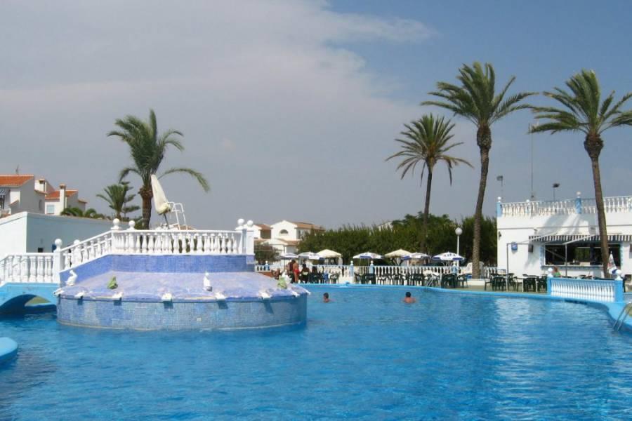 Adosado en urbanizacion privada con piscina y amplia