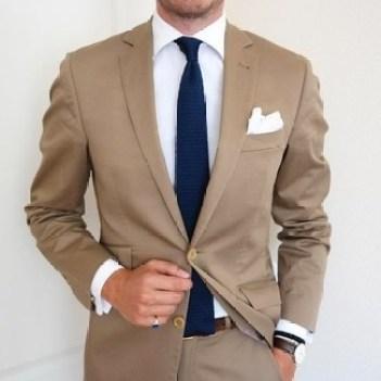 costume clair et cravate foncée