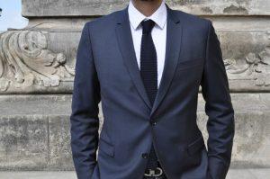 cravate à bout carré avec un costume bleu