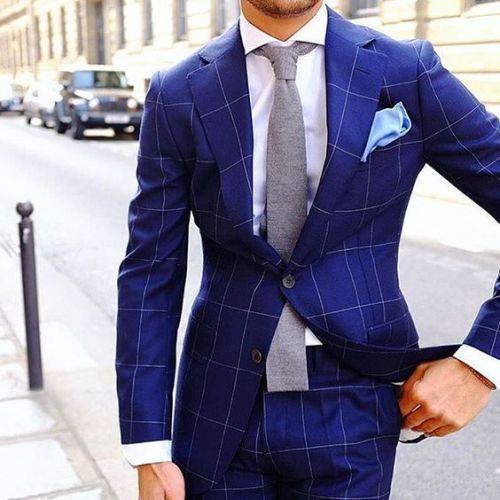chemise blanche et cravate avec costume à carreaux