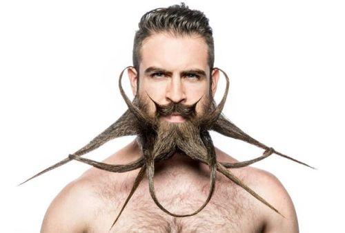 prendre soin de sa barbe en appliquant de la cire