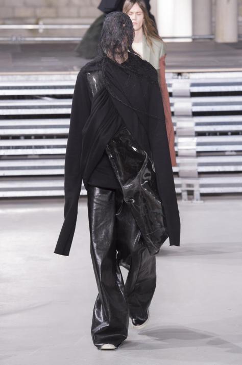 Vos habitudes modes 2017 à oublier, en route pour 2018 ! homme men tendance mode style noir all black fashion faux-pas erreur rick owens défilé paris fashionweek nouvel an new year