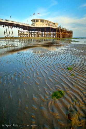 Ondas dejadas en la arena por el mar al retirarse.