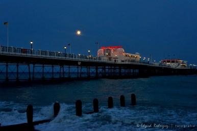 """""""Moonrise in Worthing"""" La luna llena del 1ro de Julio sobre el Worthing Pier"""