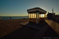 Kiosco retro-iluminado. Estos kiostos están en todos los paseos frente al mar y proveen un lugar de descanso y protección contra el sol y la lluvia.