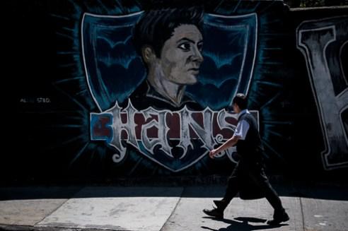 """Un mural referente al Colo-Colo, el equipo de fútbol mas popular de Chile, en Calle Clave, Valparaíso. Street art depicting """"Colo-Colo"""" Chile's most popular soccer team. Calle Clave, Valparaíso, Chile"""