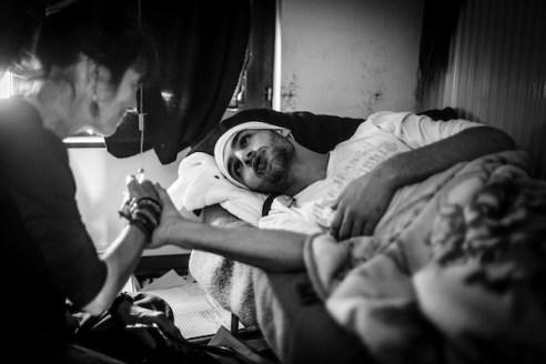 De Marokkaan Jamal Jaoudi (20) naaide 14 dagen geleden zijn lippen dicht.Hier met de begeleidende arts van de hongerstakers, Rita Vanobberghen