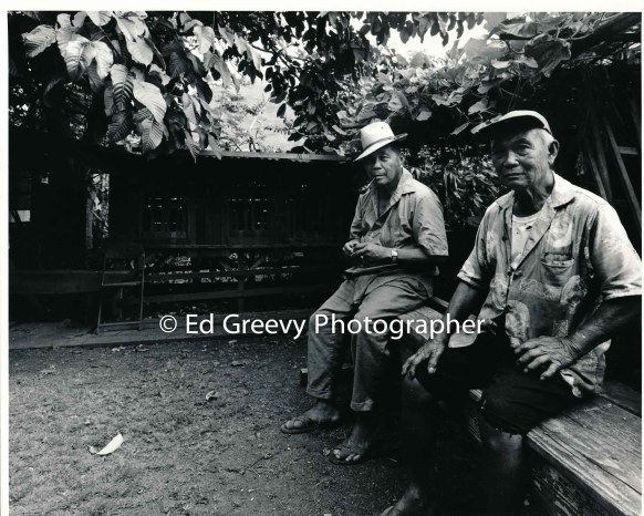 2-retired-sugar-workers-with-their-chickens-in-niumalu-nawiliwili-kauai-2666-6-15-8-73