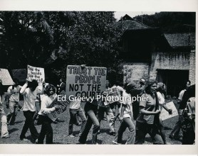waiahole-waikane-residents-protested-on-their-landlord-elizabeth-m-marks-front-yard-at-her-nuuanu-house-2981-5-17-4-21-76