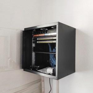 Pose et câblage d'une armoire informatique