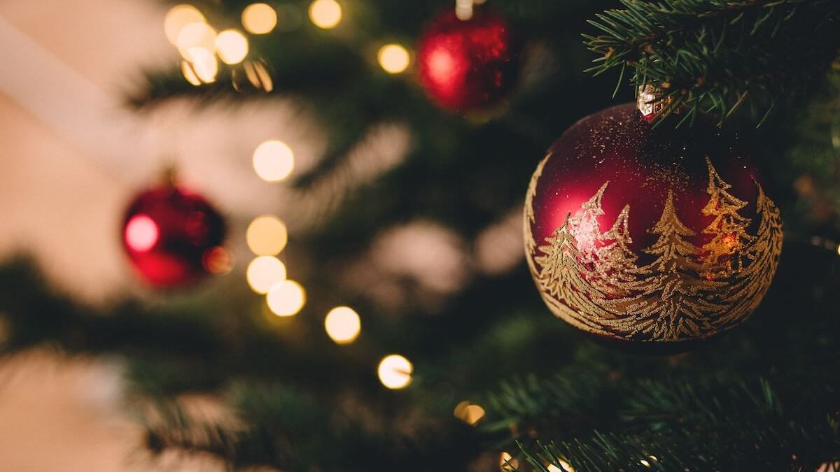 24 best Christmas quotes of all time. A perfect way for you to shorten the long waiting for the Santa Clause.