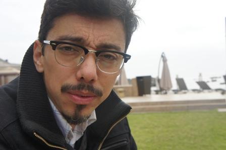 """Rodrigo Bazaes, guionista de """"Violeta se fue a los cielos: """"Me conmueve la indolencia frente a la desigualdad social"""""""