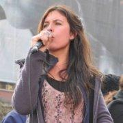 """Dirigenta de Confech, Camila Vallejo habló ante miles de """"indignados"""" en Paris"""