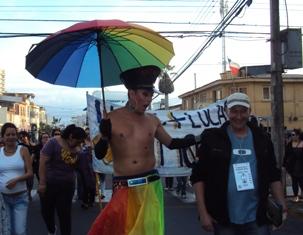 Alegría y color en festiva marcha por  la diversidad sexual en Iquique