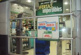 Marcha, acto cultural, desmanes y destrozo de vidrios en supermercado