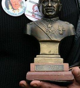 """Augusto Pinochet sigue """"vivo"""". Prohibición de monumentos en su memoria genera molestia en su familia"""