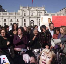"""Masiva protesta de parlamentarias por lo que califican de """"matonaje"""" del gobierno contra ex Presidenta Bachelet"""