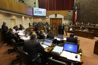 """Sala del Senado discute y vota el articulado del proyecto de ley """"larga"""" de pesca"""