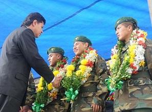 Soldados liberados en Chile llegan a Bolivia y son condecorados