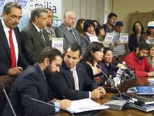 Grupo transversal de diputados recibe más de 40 mil firmas en apoyo a Ley Emilia