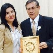 Edil Danisa Astudillo entrega distinción a Rafael Montes a nombre de Corporación Hijos de Iquique
