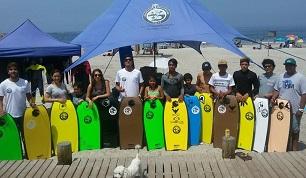 Alumnos de Educación Física de la UNAP implementan escuela de Body Board en playa Cavancha