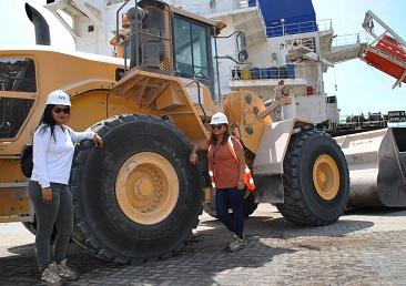 Dos mujeres se incorporan como operadoras de maquinaria pesada en actividades portuarias
