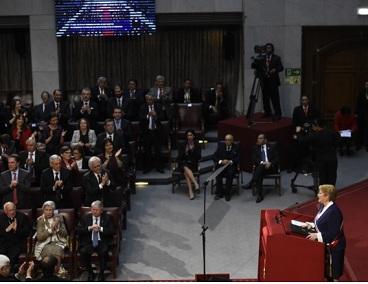 """Michelle Bachelet:  """"Podrán cambiar los gobiernos, pero no puede detenerse una historia que está impulsada por la fuerza de un país entero"""""""