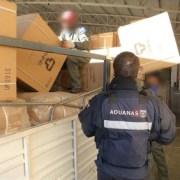 Descubren millonario contrabando: Camión extranjero declaró ampolletas y vasos, pero iba cargado con $138 millones en zapatillas y chaquetas