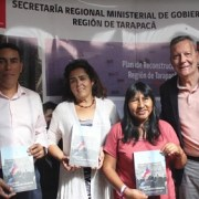 """Entregan libro sobre participación social """"Sigamos haciendo historia"""" a dirigentes sociales"""