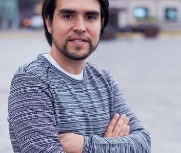 """""""Dos Boletos y Un Consuelo"""", la novela del joven periodista iquiqueño Jason Valenzuela, que publica bajo el nombre de Jaxsel Valen"""