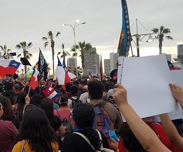 Recuento en imágenes de la marcha pacífica que recorrió la principal avenida de Iquique, bordeando Cavancha