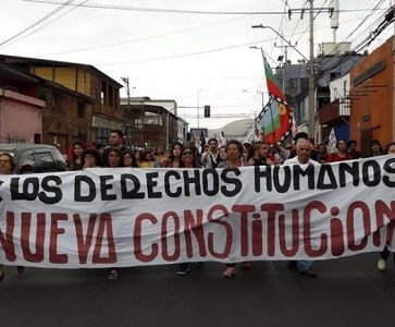En el Día Internacional de los DDHH Carabineros cerca acceso a la Primera Comisaría, repele marcha y detiene a manifestantes.