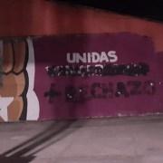 Arte muralista realizado por Frente Feminista en el 2008, es rayado con consignas contrarias a una nueva Constitución