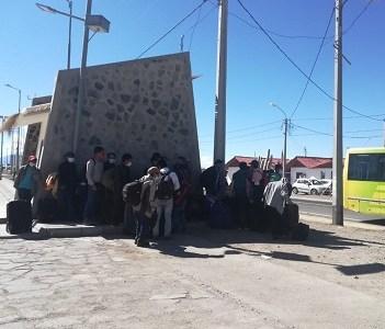 Bolivianos varados en Colchane, porque transporte que los trasladaba no cumpliría con normativa sanitaria