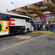 Más de 500 peruanos de Iquique y Antofagasta fueron repatriados, mientras grupo menor con situación migratoria pendiente, quedó a la espera.