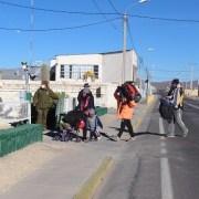 """El """"reality show"""" del Gobierno: Servicio Jesuita a Migrantes y Chile 21 critican el mediático punto de prensa de Interior para expulsar extranjeros"""