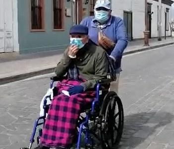 Abnegado sobrino aprovecha la licencia de la cuarentena, para sacar a pasear a su tío de 91 años