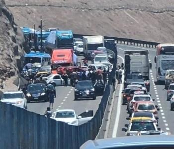 Impresionante choque múltiple en bajada a Iquique, deja 8 heridos y al menos 10 vehículos involucrados.